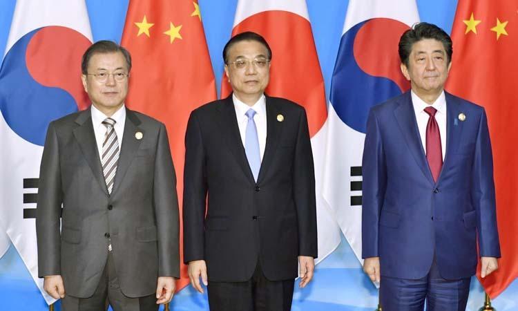 Tổng thống Hàn Quốc Moon Jae-in (ngoài cùng bên trái), Thủ tướng Trung Quốc Lý Khắc Cường (giữa) và Thủ tướng Nhật Abe Shinzo tại Thành Đô, Trung Quốc hôm nay. Ảnh: Reuters.