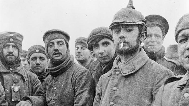 Binh sĩ Anh và binh sĩ Đức gặp nhau tại làng Ploegsteert, Bỉ trong Đình chiến Giáng sinh năm 1914. Ảnh: IWM.