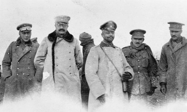 Sĩ quan Anh (áo sáng màu) và sĩ quan Đức (áo tối màu) gặp nhau trong Đình chiến Giáng sinh. Ảnh: IWM.