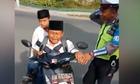 Cậu bé gào khóc khi bị cảnh sát giao thông dừng xe