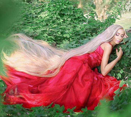 Alena được ví như công chúa Rapunzel phiên bản đời thực vớimái tóc dài 1,8 mét. Ảnh: Instagram/alenuwka_longhair