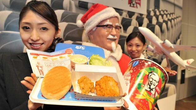 Hãng hàng khôngJapan Airlines kết hợp với KFC phục vụ món gà rán cho các hành khách bay vào ngày Giáng sinh năm 2012. Ảnh: AFP