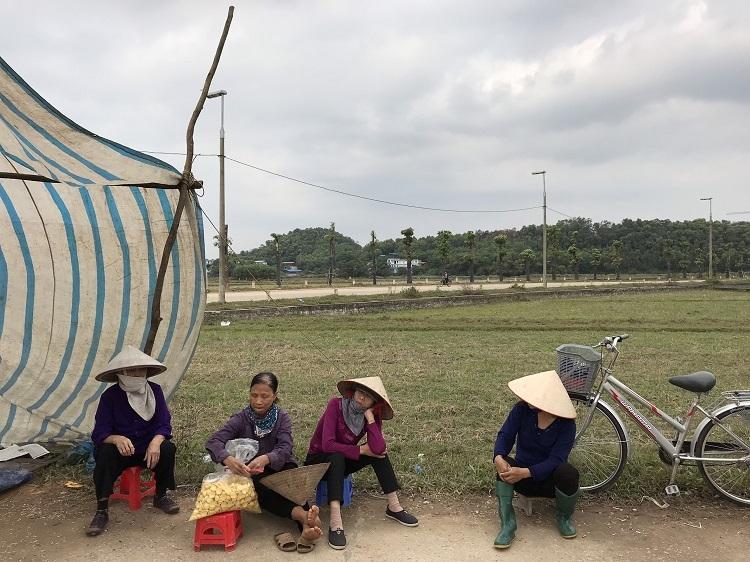 Người dân chặn xe tại cổng số một xã Nam Sơn. Ảnh: Gia Chính