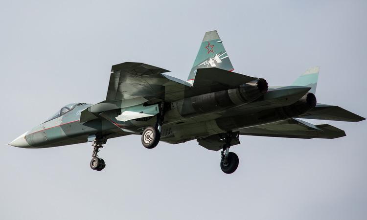 Tiêm kích Su-57 bay thử với động cơ Izdeliye 30 (trái) cuối năm 2017. Ảnh: Russian Planes.