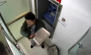Đạo chích cố thoát khỏi cây ATM