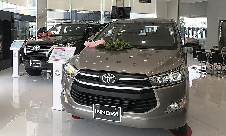 Toyota Innova trưng bày tại một showroom ở quận Bình Thạnh. Ảnh: Thành Nhạn
