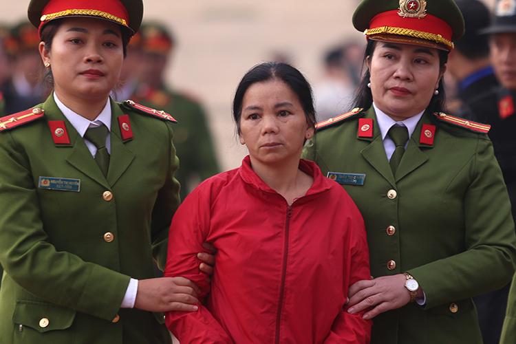 Bị cáo Bùi Thị Kim Thu bị dẫn giải tới toà. Ảnh: Phạm Dự.