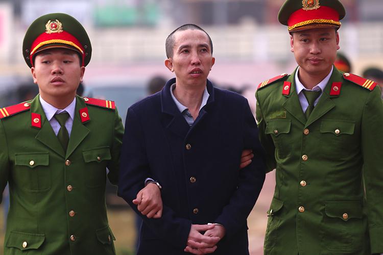 Bị cáo Bùi Văn Công bị dẫn giải tới toà. Ảnh: Phạm Dự.