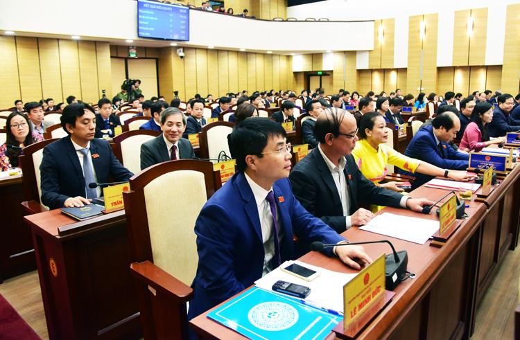 Các đại biểu bấm nút thông qua nghị quyết về giá các loại đất trên địa bàn Hà Nội sáng 26/12. Ảnh: Võ Hải.