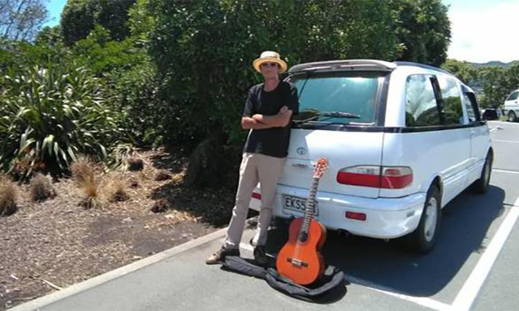 Hadfield bên chiếc xe và đàn guitar mua sau khi xe cũ bị đánh cắp hôm 13/12. Ảnh: NZ Herald.