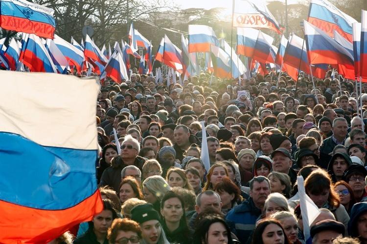 Những người ủng hộ Putin trong lễ kỷ niệm 4 năm ngày Nga sáp nhập Crimea vào lãnh thổ ở Sevastopol hồi năm ngoái. Ảnh: NYTimes.