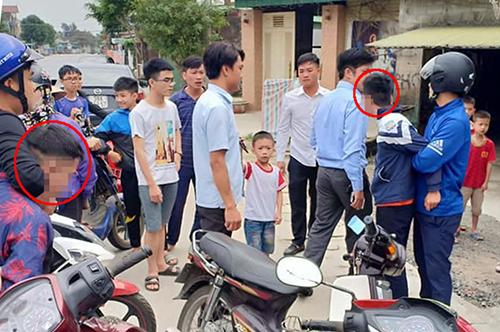 Hai tên cướp (khoanh đỏ) bị cảnh sát hình sự khống chế sau khi bỏ chạy suốt 5 km. Ảnh: Gia Hân