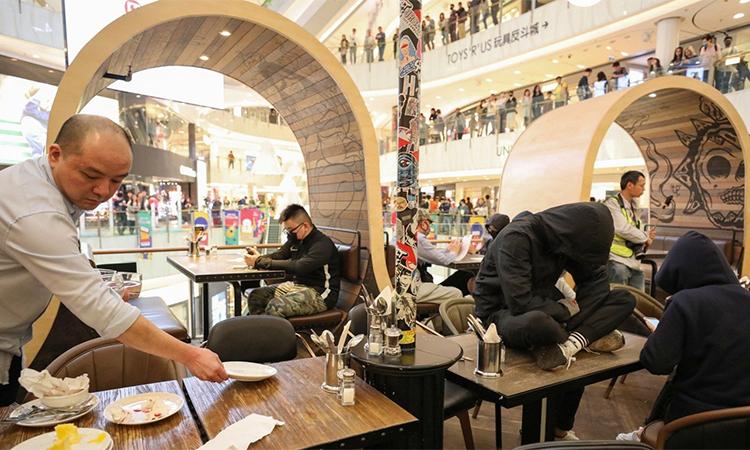 Người biểu tình xông vào một nhà hàng trong trung tâm mua sắm ở Hong Kong. Ảnh: SCMP.