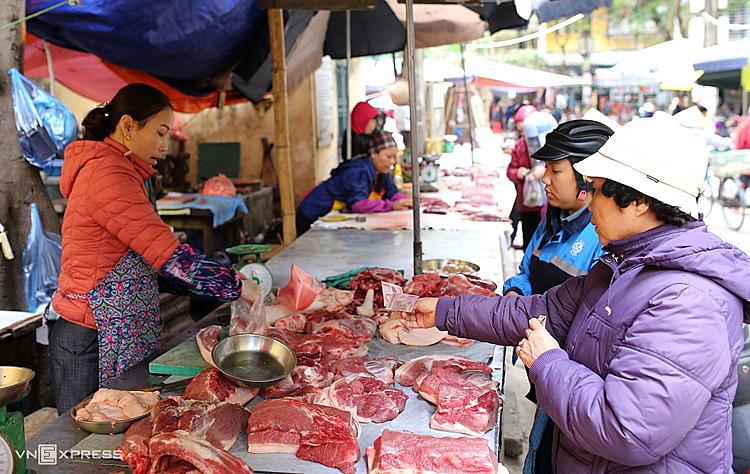 Với cùng số tiền, người tiêu dùng chỉ mua được một nửa lượng thịt lợn so với trước do giá tăng cao. Ảnh: Tất Định