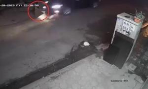 Công nhân thoát chết khi ôtô lao qua đầu