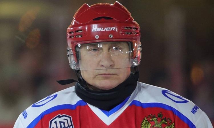 Tổng thống Nga Putin tham gia trận khúc côn cầu ở Quảng trường Đỏ hôm 25/12. Ảnh: AFP.