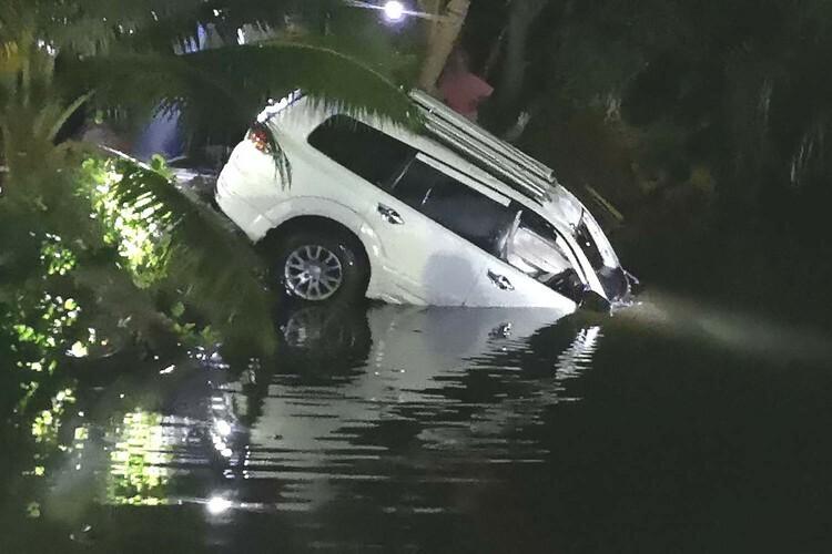 Chiếc SUV chở Apichit Winothai,thị trưởng thành phố Trang, miền nam Thái Lan, được kéo lên mặt nước tối 25/12. Ảnh: Bangkok Post.