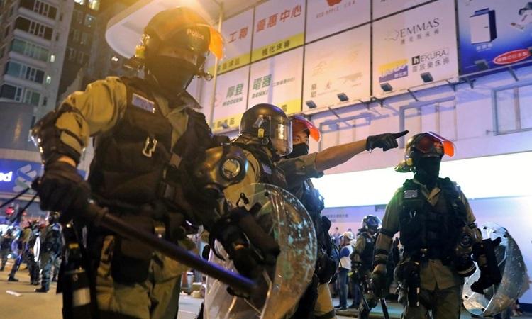Cảnh sát chống bạo động Hong Kong phong tỏa một con phố khi người biểu tình tập trung bên ngoài ga tàu điện ngầm Prince Edward hôm 30/11. Ảnh: Reuters.