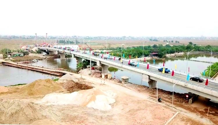 Cầu phao sông Hóa trị giá 185 tỷ đồng kết nối 2 huyện Tiên Lãng, Vĩnh Bảo (Hải Phòng) với 2 huyện : Thái Thụy và Tiền Hải (Thái Bình) đã được hoàn thiện, đưa vào sử dụng sau 7 tháng thi công. Ảnh: Giang Chinh