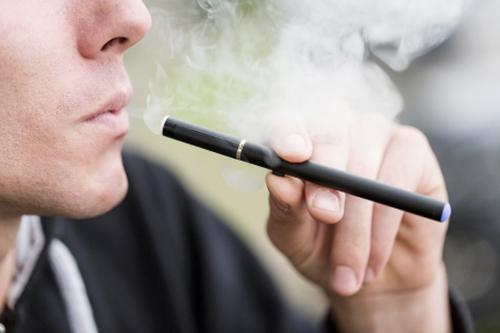 Một thanh niên Mỹ hút thuốc lá điện tử. Ảnh: UCSF