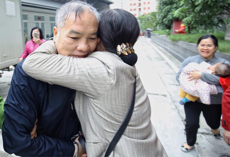 Bị cáo Lê Nam Trà gặp người thân ở sân tòa. Ảnh: Giang Huy