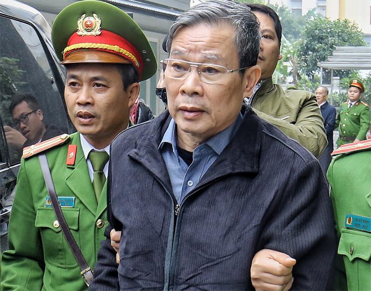 Ông Son rời tòa sau khi nhận bản án chung thân. Ảnh: Giang Huy