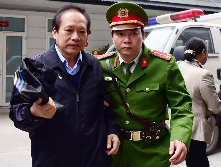 Ông Trương Minh Tuấn tại sân tòa trong sáng 28/12. Ảnh: Giang Huy