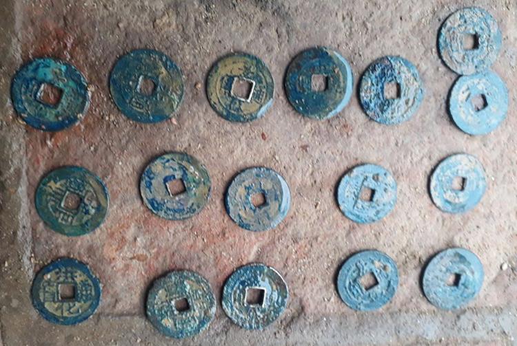 Bảo tàng nhận định có 25 loại tiền, chủ yếu thuộc thời Cảnh Hưng và Tây Sơn. Ảnh: Gia Hân