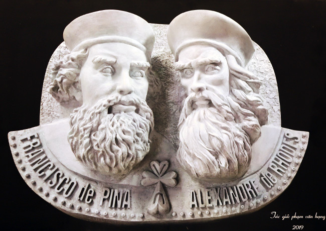 Chân dung hai vị giáo sĩ được gọi là ông tổ chữ quốc ngữ được nhà điêu khắc Phạm Văn Hạng phác hoạ và trưng bày tại hội thảo. Ảnh: Nguyễn Đông.