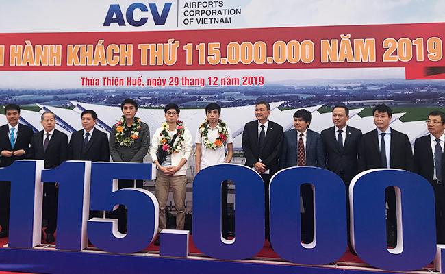 Hành khách thứ 115 triệu và hai hành khách gần số 115 triệuđược lãnh đạo ngành hàng không đón tiếp tại sân bay Phú Bài.