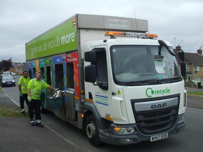 Các nhân viên tại trung tâm tái chế rác ở quận Bath và Đông bắc Somerset, hạt Somerset, Anh. Ảnh: