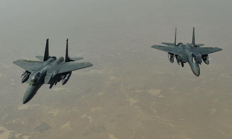 Tiêm kích F-15E Mỹ tuần tra tại Trung Đông hồi tháng 4. Ảnh: USAF.