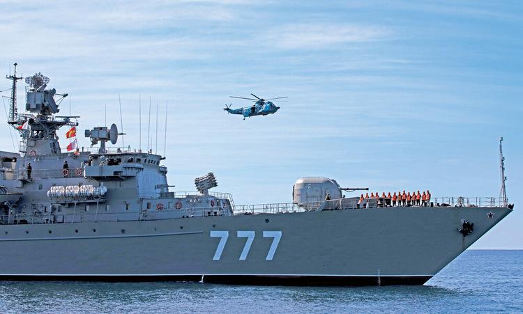 Tàu chiến Nga và trực thăng Iran trong cuộc tập trận. Ảnh: Tehran Times.
