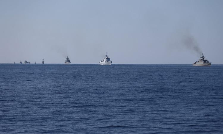 Tàu chiến các nước tham gia tập trận trên vịnh Oman hôm 29/12. Ảnh: Reuters.