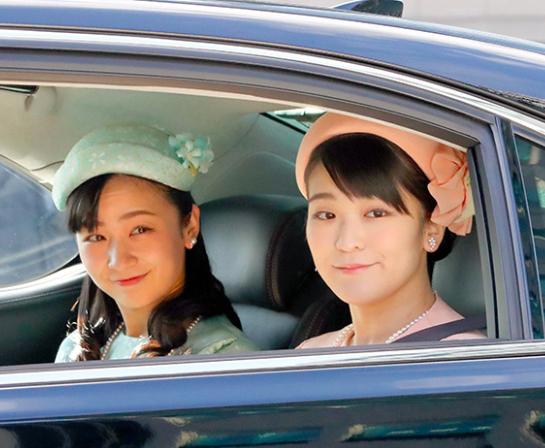 Công chúa Kako (trái) và chị gái Mako tại Hoàng cung hôm 23/12. Ảnh: Asahi