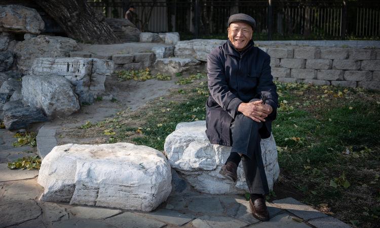 Zhao Lin ngồi trong một công viên ở Bắc Kinh. Ảnh: NY Times.