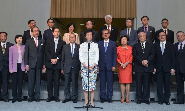 Bà Carrie Lam (áo trắng) cùng Hội đồng Điều hành ra mắt hồi tháng 7/2017.