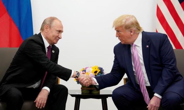 Tổng thống Nga Vladimir Putin (trái) và Tổng thống Mỹ Donald Trump tại Osaka, Nhật Bản, hôm 28/6. Ảnh: Reuters.