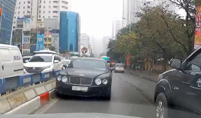 Hình ảnh vi phạm của tài xế lái xe Bentley bị một tài xế đi đúng chiều ghi lại. Ảnh cắt từ clip