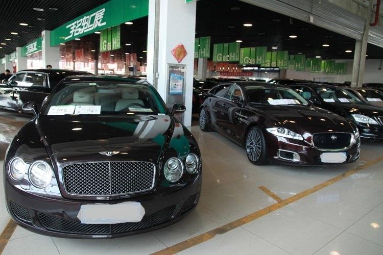 Ôtô đỗ trong một trung tâm cho thuê xe ở Trung Quốc. Ảnh: AFP.