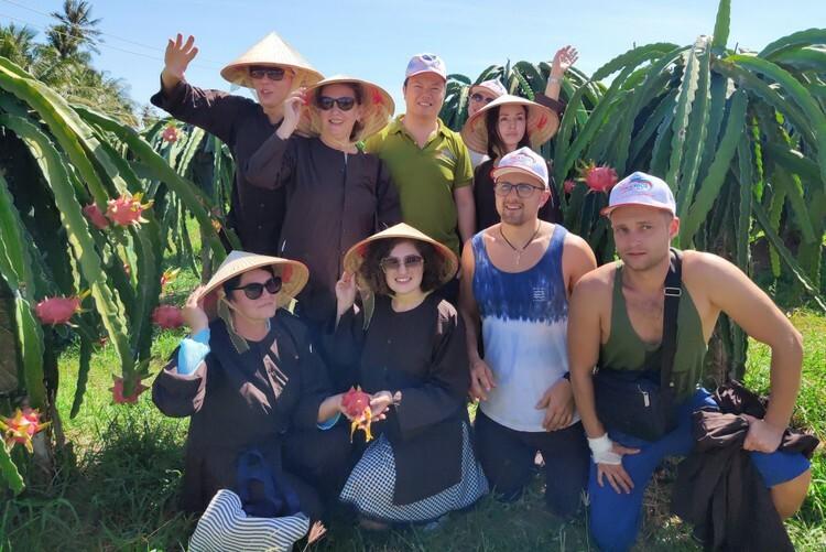 Nhóm du khách nước ngoài chụp ảnh kỷ niệm tại vườn thanh long ở xã Hàm Mỹ ngày 31/12. Ảnh: Việt Quốc