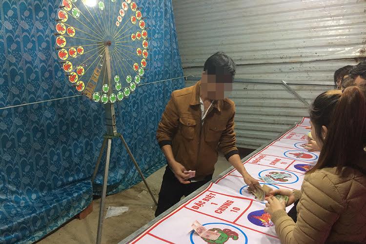 Cá cược ăn thua bằng tiền ở chợ đêm TP Đông Hà. Ảnh: Hoàng Táo