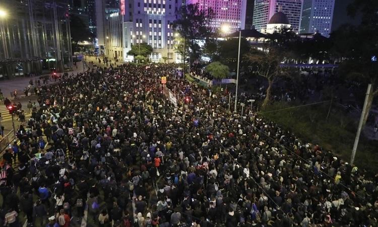 Người biểu tình Hong Kong tuần hành tự Vịnh Causeway đến quậnCentral hôm 8/12. Ảnh: SCMP.