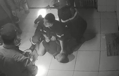 Cảnh sát lúc khống chế Hội giải cứu nạn nhân.