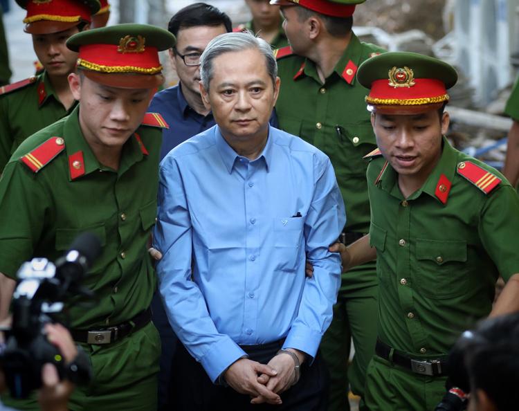 Cựu Phó chủ tịch UBND TP HCM Nguyễn Hữu Tín đến tòa sáng nay. Ảnh: Hữu Khoa.