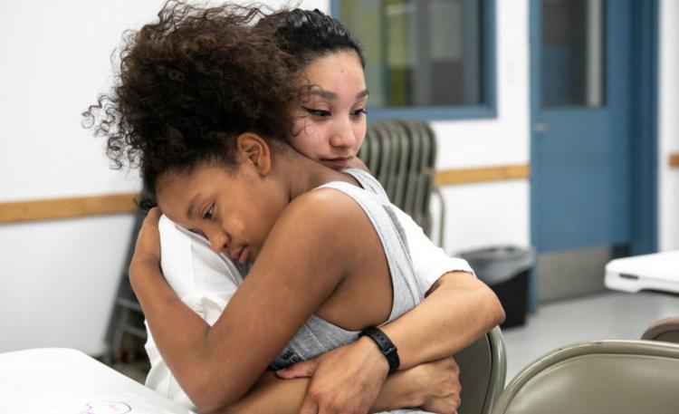 Lila Edwards ôm chặt lấy mẹ trong phòng thăm nhà tù ở Texas. Ảnh: NY Times.