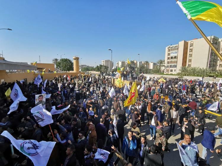 Người biểu tình tập trung bên ngoài Đại sứ quán Mỹ ở thủ đô Baghdad, Iraq hôm nay. Ảnh: Reuters.