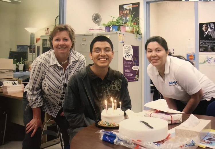 Thầy cô, nhân viên tại Trung học Williams tổ chức sinh nhật 17 tuổi cho Aguilar (giữa). Ảnh: Courtesy of Onelio Mencho Aguilar