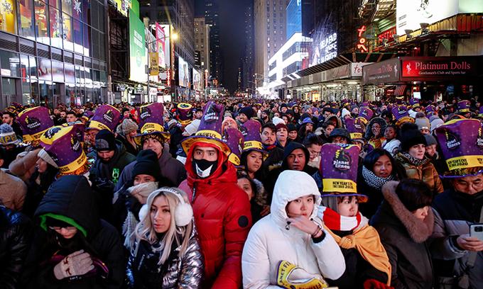 Hàng trăm nghìn người đổ về Quảng trường Thời đại, New York để đón năm mới 2020. Hàng nghìn sĩ qua