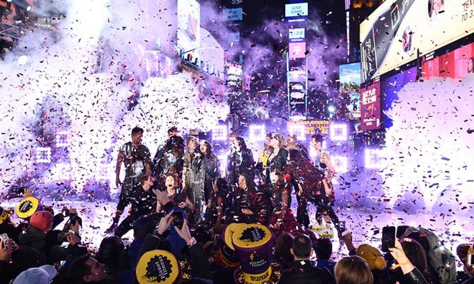 Một tiết mục trong chương trình nhạc rock mừng năm mới 2020 tại Quảng trường Thời đại, New York. Ảnh: AFP.